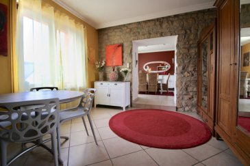RE/MAX, spécialiste de l'immobilier à Clémency, vous propose en exclusivité dans un quartier résidentiel, une superbe maison sur un terrain de 6,50 ares. Elle dispose d'une superficie habitable d'environ 125m² pour 195m² au total. De beaux volumes s'offrent à vous.  - Un joli hall d'entrée avec pierres apparentes, - Un grand salon-séjour avec cheminée (poêle à pellets) de 38 m² environ, - Une salle à manger de 12 m² environ, - Une cuisine équipée de 13 m² environ,  - 3 chambres à coucher (17 m², 13 m² et 12 m²), - Une salle de douche à l'italienne (1,60 x 1,30) avec WC, - 2 WC séparés, dont une se trouvant à l'étage, - Une terrasse ombragée de 20 m² environ, - Un jardin clôturé et aménagé, - Un sous-sol où l'on trouve, une buanderie, une cave et un local technique.  A cette maison s'ajoute en annexe, un atelier de 14 m² et un garage fermé pour 2 voitures de 37 m², doté d'une porte automatique télécommandée, ainsi que 2 emplacements privés devant la maison.  - Toiture et charpente en très bon état. - Façade en bon état. - Fenêtres à double vitrage récentes dans toutes les pièces habitables. - Chauffage au gaz / Chaudière de 2012  Pas de travaux à prévoir.  Très bonne situation, Quartier résidentiel, précoce et école primaire à quelques minutes à pieds, arrêt de bus à proximité (5 min.: lycée de Mamer, Bascharage, Esch, àetc, aire de jeux pour enfants.  A découvrir !!! Disponibilité à convenir.  CONTACT : MICHAEL CHARLON au 621 612 887 ou par Mail : michael.charlon@remax.lu Ref agence :5095938