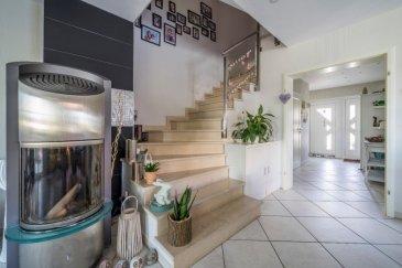 PLM Immobilière vous propose cette belle maison située à Garnich à 3 minutes de l'école internationale Josy Bartel à Mamer.  Il s'agit d'une maison libre de 3 côtés construite avec des matériaux de qualité sur un terrain d'environ 4.5 ares.  La surface habitable est d'environ 210 m² répartie sur 4 niveaux.  Au rez-de-chaussée :  - Cuisine séparée, entièrement équipée, - Grand living lumineux d'environ 45 m², - Véranda d'environ 20 m² de qualité dotée de stores électriques, - Hall d'entrée avec placard intégré et - WC séparé.  Au 1er étage : - 3 Chambres :  Chambre parentale d'environ 27 m² avec un grand dressing, Chambre enfant d'environ 15 m², Chambre enfant 13 m². - Salle de bain spacieuse avec Jacuzzi, douche italienne, double lavabo et wc.  Au 2ème étage : Une grande pièce d'environ 43 m² qui peut convenir comme un bureau, une salle de loisirs ou qui peut être aménagée en 2 chambres supplémentaires.  Elle est pourvue de placards.  Au sous-sol : - 4ème chambre d'environ 15m², - Salle de douche, - Buanderie d'environ 11 m²,  - Cave d'environ 12 m², - Garage pour 2 voitures côté à côté avec porte électrique, - Une pièce pour le stockage.  A l'extérieur : - Jardin clôturé, sans vis-à-vis et ne nécessitant que peu d'entretien, - Belle terrasse, sur laquelle vous pourrez profiter du soleil et prendre de bons repas avec famille et amis en toute intimité…, - Devant la maison, parking pour 3 voitures.  La maison est chauffée au gaz (chauffage au sol dans toutes les pièces).  Le sol est composé de carrelage et les fenêtres sont en double vitrage.  Tous les extérieurs sont aménagés.  Classe énergétique / thermique est E/E.  La commune de Garnich dispose de nombreuses installations sportives, culturelles et scolaires.  On y trouve également de nombreux commerces et institutions de service.  Garnich, située à l'ouest de la capitale, est vraiment une localité très accueillante !  Transports en commun à proximité. Cette très belle maison est idéale pour les grandes familles : 