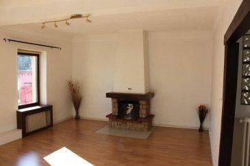 RE/MAX, votre spécialiste de l'immobilier, vous propose à la vente, ce magnifique appartement situé à Villerupt dans une impasse très calme, proche de toute les commodités.  Au deuxième étage d'une maison de maître de trois unités, ce bien lumineux et calme d'une superficie d'environ 85m2 est composé comme suit:  -Un hall d'entrée donnant sur un salon- salle à manger pourvu d'une cheminée fonctionnelle. -Une cuisine équipée en bon état. -Deux chambres. -Une salle de bain. -W.C  Une cave commune, et une cave privée donnant accés à un jardin privé viennent compléter ce bien. Chauffage au gaz, fenêtres double vitrage. Toiture en trés bon état.  Le plus de cet appartement est un grenier aménageable d'une superficie de 100m2 en duplex. Une visite s'impose!!!   Personne de contact:  julien.fay@remax.lu +352 661 998 351 Ref agence :5095986