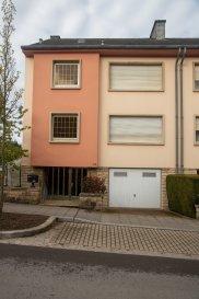 Maison d'habitation à rénover avec du potentiel sise Luxembourg-Bonnevoie Année de construction : 1975 Terrain : 2a09  La maison se trouve dans un quartier résidetiel, proche des écoles et du transport public.  Le bien dispose d'une surface habitable d'environ 200 m² - possibilité d'aménager le grenier ( +/- 50 m2).  Composition:  Rez-de-chaussée : un hall d'entrée avec placards, garage, deux caves avec accès jardin  1er étage : une cuisine équipée séparée et un grand living avec feu ouvert, un balcon  de 8 m2 et un WC séparé ;  2e étage : 3 chambres à coucher (une avec accès balcon), une salle de bains et un WC séparé  3e étage : grand grenier aménageable (cf. photo)  Extérieur : jardin à l'arrière de la maison,  emplacement voiture  Informations supplémentaires:  LX2 Immo immo@lx2.lu Antonio : 691 303 720 Christian : 621 267 750
