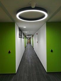 Bureau de 120m2 divisible en deux, voire trois bureaux plus un Theke réceptionniste/secrétaire. Une salle de réunion (à la demande en option). WC Hommes /Dames séparés, Salle de douche. Possibilité d'installer une mini-cuisine. Le grand espace commun très agréable pour fumeur (et non seulement) prévu dans la cour intérieure du bâtiment. Système d'alarme, système ISP pour l'ouverture des portes d'entrées et de bureau. Surveillance vidéo pour les accès au parking, les halls d'entrées ainsi que les couloirs. Le bâtiment est proche de l'autoroute A3, la route nationale n31. Loyer 24€/m2 Charges forfaitaires 3€/m2 Possibilité de louer les places de parking 75€/place. Pour toutes informations contacter Natacha BIVORT au 661 33 44 22