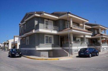 Votre agence Vitrin\'Immo vous propose d\'acquérir cette charmante maison semi-mitoyenne en Espagne, à 30 minutes de la ville d\'Alicante!<br><br>Entre Elche et Alicante sur la merveilleuse Costa Blanca, cette maison semi-mitoyenne vous offre un très beau cadre dans une région très prisée du pays!<br><br>Cette maison vous offrira, au rez de chaussée, une spacieuse pièce de vie avec salon-séjour, une cuisine aménagée indépendante avec semi-arche et vue sur le séjour, deux salles de bains avec WC et trois chambres à l\'étage.<br><br>Le petit plus : Un vaste garage souterrain à la maison ou vous pourrez placer deux véhicules et où figure également une zone de travail aménagée, amenant la surface constructible de cette maison à 235m²!<br><br>Un espace terrasse est également inclus face à la porte principale pour profiter des beaux jours, tables et chaises incluses!<br><br>Un très beau bien en Espagne à saisir!<br>