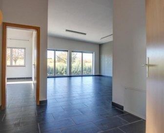 A louer dans la Zone Industrielle à Mertzig, 1 bureau de 82m².  Le bureau qui est au 1er étage se compose:  1 belle pièce lumineuse de 58m² avec cuisine équipée, une deuxième pièce de 19m² avec accès au balcon de 19m², salle de douche avec wc.  Un grand parking est à disposition devant l'immeuble.  Loyer: 1200€ hors TVA Charges: 100€ Caution: 3600€ Commission d'Agence: 1200€ + TVA