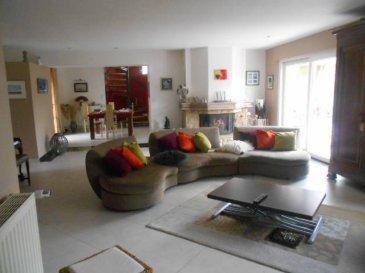 Réf: 5260  Sur un terrain paysagé de 2053 m2 une maison lumineuse avec intérieur contemporain d\'une surface de 256 m2 et garage double  de 30 m2, comprenant: Hall, salon de 50 m2, salle à manger, cuisine équipée, trois chambres, salle de bains, wc, cellier, salle de jeux, buanderie, atelier. A l\'étage: Mezzanine, une chambre avec coin bureau, salle d\'eau/wc. Garage double. Terrasse.  Réf: 5260  DPE 103 et GES 9