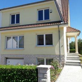 REMAX Real Estate Services vous propose à la location cette très belle maison située dans un quartier calme très prisé de Sandweiler .<br>Composée d\'un beau hall d\'entrée avec accès à un immense salon-séjour carrelé traversant, donnant sur une cuisine èquipée vue jardin, une chambre (bureau), un wc suspendu, fenêtre et lave-main. A l\' ètage, vous découvrirez un espace nuit conséquent avec 3 chambres parquetées de 20-20-16 m2 , ainsi qu\'une somptueuse salle de bain carrelée sols et murs, de 20 m2 avec sa baignoire balnéo, sa douche, son grand meuble 2 vasques et miroir, wc et bidet, sèche serviette..<br>Un 2ème ètage accessible à partir du palier nuit permet d\'accéder à une grande pièce ,salle de jeux ou autres.<br>Le demi sous-sol en rez- de -jardin est composé d\'un garage carrelé 2 voitures (porte motorisée) aveccoin buanderie, une pièce bureau, une cuisine d\'été avec sortie jardin, un wc et cabinet de douche,, une chaufferie...<br>Les prestations sont à la hauteur de cette belle maison lumineuse et l\'on peut noter une porte d\'entrée blindée neuve, une alarme, visiophone, une cheminée insert, chaudière BUDERUS, des menuiseries de qualité.<br>Proche de touts commodités ,proche de la verdure et au calme dans un quartier confidentiel, cette maison vous séduira immèdiatement<br>contact Bertrand GILL  GSM 691 89 80 10<br />Ref agence :5095625