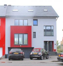 !!!!!!!!!! A VISITER !!!!!!!!!!!!! Coup de coeur assurer.  IDEAL POUR PROFFESSION LIBERALE Immo Nordstrooss vous propose à la vente cette superbe maison à Hoscheid-Dickt à 5 min. de Diekirch.  Cette belle maison neuve et moderne ce compose comme ceci :   - Au rez-de-chaussée on trouve un local technique, un double garage pour deux voitures, buanderie et un espace pour profession libérale, et une salle de bain avec WC.   - 1er étage vous disposer d\'une grande pièce à vivre très spacieuse, une cuisine ouverte toute équipée avec accès terrasse ainsi qu\'un bureau/chambre et une salle de douche.  - Au 2ème étage, 3 belles chambres et une grande salle de bain spacieuse et moderne.  - Grenier déjà aménagé au appartement.  La maison dispose d\'un jolie jardin avec une deuxième entrée à l\'arrière de la maison avec un bel espace barbecue pouvant accueillir vos amies.  La maison dispose de finitions haute de gamme et panneaux solaires,   Prestations et matériaux de qualité (construction traditionnelle , menuiseries triple vitrage, porte de garage motorisée, portes, sanitaires, carrelages , etc\'   Pour plus de renseignements ou une visite (visites également possibles le samedi sur rdv), veuillez contacter le 691 850 805. Ref agence : 473