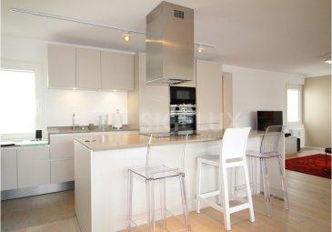 Sigelux Real Estate vous propose à la location ce superbe appartement, de 106m2 rénové, au 6iéme étage de la Résidence Groussgaass, zone piétonne de Luxembourg-ville, au 70, Grand Rue L-1660 Luxembourg  Il se compose comme suit :  -Hall d'entrée avec armoires encastrées  -Living de 55m2 avec accès balcon de 14m2, exposé Ouest -Cuisine équipée (Siemens) ouverte -2 chambres à coucher de 17m2 et 14m2 -2 salles de douche + WC -1 toilette séparée -Porte de sécurité -Double vitrage  -Chauffage gaz de ville  -Nombreux rangement encastrés -Cave -Raccordement machine à laver dans l'appartement -Ascenseur -Parquet, carrelage, belles finitions   Loyer : 2900€ Charges : 375€ Garantie Locative : 3 mois   Disponibilité août 2021