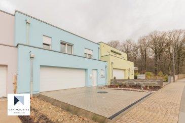 Cette maison (en bande), construite en 2019 et en parfait état, se situe au calme sur la commune de Kehlen dans le petit village de Meispelt à côté de Keispelt. Accès à l'autoroute à Capellen/Mamer à 6 minutes.  Il se compose comme suit :  Au rez-de-chaussée : d'une entrée avec coin vestiaire de ± 8m² ; d'une salle de douche avec lavabo et WC de + de 4m² ; d'un séjour de ± 37m² avec sa cuisine ouverte et entièrement équipée. Le séjour bénéficie de baies vitrées donnant sur une terrasse de 15m² et un jardin ; d'un double garage (côte à côte) de ± 35m² avec ouverture télécommandée.  Au 1er étage : de 3 chambres de ± 11, 12 et 9.5m² ; d'un bureau de ± 7m² ; d'une salle de bain de ± 8m² ; d'une salle de douche de ± 5m² ; d'un dressing de ± 5m².  Au sous-sol :  d'une buanderie de ± 8m² ; d'un grand espace de ± 28m² (salle de sport/home cinéma/jeux ; d'une chaufferie de ± 7m².  Généralités :   •Chauffage pompe à chaleur •Triple vitrage avec volets électriques •Passeport énergétique « B-B » •3 salles d'eau (1 bain et 2 douches) •Le calme des alentours.  Contact:   Jimmy de Brabant   +352 661 167 494  - jimmy@vanmaurits.lu