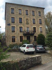 - Spécial investisseur -  RE/MAX spécialiste de l'immobilier à Mondorff vous propose cet immeuble de rapport, actuellement loué dans sa totalité.  Situé à Mondorff (France), à deux pas du Grand-Duché de Luxembourg (Mondorf-les-Bains), dans un cadre idyllique et proche de toutes les commodités, cet immeuble de quatre niveaux est composé de 9 appartements rénovés avec goût.  Ce bien est configuré comme suit :  Au rez-de-chaussée : un appartement 4-5 pièces de 94,96 m²  Au premier étage :  - un appartement 2 pièces de 31,02 m² - un appartement 4 pièces de 85,51 m²  Au deuxième étage :  - un studio de 21,59 m² - un appartement 4 pièces de 63,61 m² - un appartement 2 pièces de 30,41 m²  Au troisième étage :  - un appartement 2 pièces de 30,36 m² - un appartement 4 pièces de 66,25 m² - un studio de 20,31 m²  Cet immeuble a un taux d'occupation moyen de 99% (sur les 5 dernières années) et est donc un produit idéal d'investissement. Loyers actuels annuels : 55.900 € hors charges.  Il offre également des possibilités d'optimisation, permettant d'en augmenter le rendement : réaménagement du rez-de-chaussée et création de 3 appartements supplémentaires dans les combles (estimation chiffrée disponible).  N'hésitez pas à nous contacter si vous souhaitez obtenir plus de détails sur ce bien, des photos supplémentaires ou convenir d'une visite.