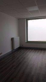Une grande pièce avec vitrines + 3 pièces ou bureaux