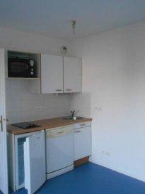 Réf: 5609  Studio de 20 m² en rez-de-chaussée avec parking et terrasse dans résidence sécurisée:   Entrée, salle de d\'eau avec wc et salle de vie avec coin cuisine équipée.   Loyer: 320 €   40 € de charges (eau et ordures ménageres)  1 mois de caution   frais d\'agence: 192€  Libre le 15/02/18  Réf: 5609