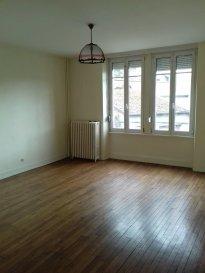 Spacieux appartement comprenant, entrée, cuisine, séjour, 2 chambres, salle de bains, balcon, cellier et cave.