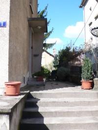 Rue de Lorraine : METZ QUEULEU.  Appartement type F3 de 59m². Il se compose d\'une entrée, d\'un séjour, cuisine, de deux chambres, d\'une salle de bains (baignoire), WC séparés.  Chauffage individuel au gaz.  En cours de rénovation.