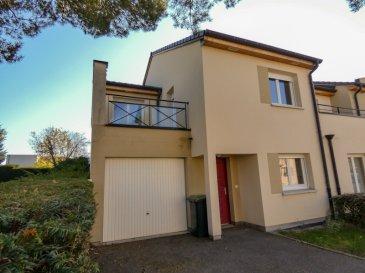 NOUS VENDONS  au 19 de la rue des Grands Chênes à VEYMERANGE – THIONVILLE (Moselle), soit à proximité immédiate des accès à l\'autoroute A 31 en direction du LUXEMBOURG ;  une maison mitoyenne d\'un seul côté édifiée en 2010 sur un terrain plat et clos de 1a65.  La maison offre en plain-pied et étage une surface habitable de 102 m2 comprenant :  En plain-pied intégral : Un salon et séjour de 26 m2 avec accès à une terrasse arrière de 15 m2 Une cuisine aménagée et équipée de 9,96 m2 Dégagements et WC séparé.  A l\'étage : Une chambre de 18,72 m2 avec sa petite suite parentale (douche – lavabo) et son accès à la terrasse de l\'étage. Une chambre de 12,75 m2 avec accès à cette même terrasse de 8 m2. Une troisième chambre de 12,99 m2. Une salle de bains de 4,98 m2 Un second WC séparé.  Avec aussi un garage pour le stationnement d\'une voiture.  *** Construction de 2010 *** Fenêtres en double vitrage sur châssis PVC OB *** Chauffage individuel au gaz de ville *** Installation électrique aux normes  LE BIEN EST IMMEDIATEMENT DISPONIBLE   CONTACT :  Gérard STOULIG – Agent commercial au : 06 03 40 33 55    NB : Les frais d\'agence sont à la charge du vendeur.