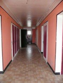 Immeuble composé de deux appartements T5 à rénover avec au RDC: caves et 2 garages. Combles aménageables, 10 garages sur la propriété. Terrain constructible, idéal investisseur !
