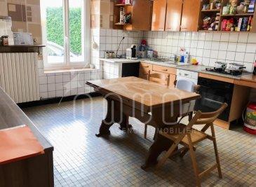 Avis aux jeunes couples, pour un 1er investissement, dans un petit village à proximité de la frontière Luxembourgeoise (Villerupt 2 kms), rue en impasse, ONUD SA vous propose cette charmante maison des années 1930;<br>voici ce que nous trouvons dès l\'entrée:  <br><br>En facade, l\'entrée principale et l\'entrée du garage.....<br><br>Rdc:<br>- Dès l\'entrée, nous avons une ancienne cuisine équipée, accès au living de 27m2, carrelé, en accès direct à une ancienne véranda de 22m2, ouverte sur un beau jardin de 3 ares. <br>Il est SUD et sans vis à vis. <br>- Une salle de bain avec baignoire, un coin buanderie, un wc et des évacuations déjà faites pour une douche et un rangement sous escaliers . <br><br>A l\'étage, <br>2 grandes chambres lumineuses sur plancher (16 et 15m2) et une chambre passante qui est actuellement un dressing de 14m2 mais qui pourrait devenir une salle de bain, un bureau ou une chambre d\'enfant individuelle de 11 m2 (fenêtre mitoyenne avec l\'autre chambre donc aération possible). <br><br>Il y a un très grand grenier, sur dalle béton, 200m2 environ, sur 2 niveaux; celui est accessible dès le 1er étage de la maison et pourrait alors agrandir l\'espace de la maison si besoin. <br><br>En Rdc, nous avons également un garage de 8,40 de profondeur, avec 2 remises arrières supplémentaires (chaufferie et cave). <br>Pratique, il est en accès direct à la maison et au jardin. <br><br>La chaufferie est au fioul (ancienne mais en bon état de fonctionnement) avec une cuve de 1500l, les fenêtres en PVC des année 2000, et le toit est en bon état mais à réviser.<br><br>Vous trouverez toutes les commodités, commerces, écoles ...etc sur Villerupt ou sur Hussigny (villes voisines). Le contournement vers le Luxembourg est à 5 mn. <br><br>Avis ONUD: Quelques travaux  à prévoir, comme l\'électricité ou les sanitaires mais l\'intérieur est propre, ensuite c\'est une affaire de goût. <br>La chaudière est ancienne mais entretenue et fonctionnelle. <br>Le toit est ok, à révi