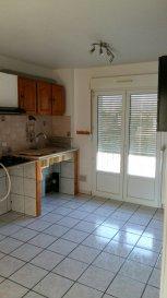 Appartement au 1er étage, comprenant; cuisine, séjour avec balcon, 3 chambres, salle d'eau, WC, cave et garage.