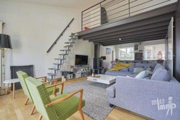 Venez découvrir en Exclusivité avec Miss-Immo ce « Coup de cœur » de 110 m2 bien situé sur la commune de Wasquehal.  Cette maison sur deux niveaux offre une magnifique pièce à vivre entièrement parquetée de +  55 m2 avec poêle à bois et cuisine ouverte, surplombée d'une mezzanine de 17m2 pouvant servir de chambre ou de bureau.  Une terrasse bien orientée de 25 m2 prolonge le tout.   Le second niveau est composé de deux chambres de 15 et 11 m2  ouvrant sur le jardin ainsi que d'une salle de bains moderne avec baignoire et douche.    Atouts complémentaires : un garage de 2 véhicules, volets électriques sur l'ensemble des ouvrants, un chauffage central au gaz en domotique. Toilettes séparées à chaque niveau. Jardin + Terrasse.  Prix : 239 000 € honoraires charge vendeur. Barème honoraires consultable sur la home-page de notre site internet.  L'avis de Miss-Immo : Ce bien entièrement rénové à la décoration raffinée séduira ses futurs propriétaires en quête d'espace et d'élégance. Rapport qualité/prix exceptionnel !  Ref agence :691EXCLU