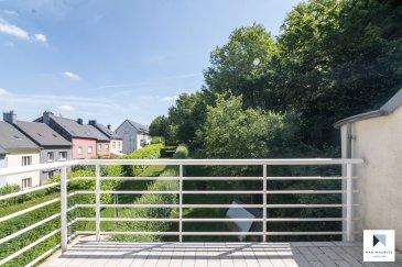 Lumineux duplex traversant 2 chambres + terrasse sis aux abords de la forêt à Schifflange   Situé à Schifflange, dans un quartier résidentiel calme aux abords de la forêt, cet agréable duplex traversant occupe les 2ème et 3ème étages d'une petite copropriété (2 unités) datant de 1999. D'une surface habitable de ± 99 m², il se compose comme suit:   Au 2ème étage, un spacieux hall d'entrée ± 10 m² avec vestiaire dessert la pièce de vie ± 40 m² composée d'un séjour, d'un espace repas et d'une cuisine contemporaine semi-ouverte, aménagée et équipée Whirlpool avec bar. Cette pièce donne sur une terrasse ± 8 m² sans vis-à-vis et orientée nord-est. Elle est raccordée à l'électricité et profite d'une vue dégagée sur le jardin et la forêt.   Un escalier avec belle hauteur sous plafond (4,39 m) situé dans le hall d'entrée conduit au 3ème étage composé d'un palier ± 5 m² desservant un wc séparé ± 2 m², un débarras ± 2 m², deux chambres de ± 16 et 13 m² et enfin, une salle de bain ± 8 m² (baignoire, 2 lavabos et wc suspendu). Les chambres, orientées est-ouest, profitent d'une belle luminosité grâce à de grands Velux.   Au rez-de-chaussée, une petite buanderie commune avec emplacement individuel, une cave privative ± 3 m² un local poubelles ainsi qu'une place de parking extérieure complètent l'offre.   Détails complémentaires : Appartement meublé et copropriété en bon état ; Double vitrage, volets électriques; Chaudière au gaz WOLF, chauffage par radiateurs ; Charges mensuelles, électricité comprise : ± 250 € (ménage de 2 personnes) ; Situation idéale, proche de toutes commodités (gare, transports publics, commerces, écoles, …); Belles promenades dans les alentours (résidence est en bordure de forêt).   Agent responsable : Florian Apolinario E-Mail : florian@vanmaurits.lu Tél. : +352 691 110 397
