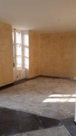Appartement F3/F4   Situé au 1er et dernier étage, bel appartement rénové avec goût, se composant d'une entrée, d'une cuisine ouverte sur le séjour, 2 chambres, 1 bureau, une salle de bains. Il comprend également un garage.   Rénovation en cours