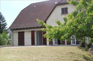 Situé dans le quartier des Oiseaux de Souffelweyersheim venez visiter cette grande maison de style Ile de France avec une terrasse et un joli jardin arboré. Cette maison se compose au rez-de-chaussée d\'une entrée, d\'un grand séjour très lumineux,  d\'une spacieuse cuisine, de 2 chambres, d\'une salle de bain et d\'un wc. A l\'étage l\'espace nuit comprend un grand dégagement avec placards donnant 4 chambres, une salle d\'eau et un wc. Cette maison dispose également d\'un spacieux sous-sol comprenant : un double garage, une cave, un cellier, une chaufferie/buanderie ainsi qu\'une pièce aménagée avec un dressing. En bonne état général (vitrage, toiture, isolation,parquet) cette villa ne nécessite pas de travaux lourds, les salles de bains et la cuisine sont à rénover. Chauffage fioul . Dpe D Prix de vente Honoraires 4.42 % à charges acquéreurs inclus 449 000 ? TTC