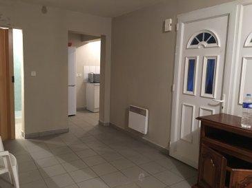 Studio en rez de jardin.  Il comprend une grande pièce, un coin cuisine équipée, salle d'eau. Parking dans l'immeuble.