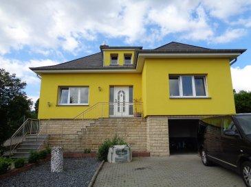 Agréable maison individuelle à louer dans le village de Hostert, commune de Rambrouch, nord du pays.  -hall d'entrée - beau séjour / salle à manger - cuisine équipée - 3 chambres à coucher - salle de douche - salle de bain - bureau - caves - garage - terrasse - grand jardin.