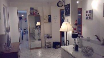 Très bel appartement situé au 1er étage d'un petit immeuble de 2 appartements, en centre ville de Moutiers Bas. Comprenant entrée, vaste hall, cuisine non équipée ouverte sur grand séjour, 3 chambres, salle de bain, WC séparé. Chauffage individuel gaz.