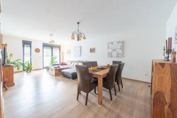 Pour de plus amples renseignements, n'hésitez pas à contacter notre agent Anne-Marie LUISI au 621 720 078.  RE/MAX Premium, spécialiste de l'immobilier au Luxembourg, vous propose en exclusivité ce magnifique appartement de haut standing à Echternach, dans une rue calme à deux pas de la zone piétonne.  Cet appartement sobre, épuré et très lumineux se trouve au 2ème étage d'une Résidence bien entretenue de 9 unités, construite en 2016.  L'appartement se compose d'un hall d'entrée, d'une belle Salle de bains avec douche italienne et double vasque (sols et murs en marbre), de 2 chambres de +/- 20 m2 avec dressing(armoire encastrée) et 18 m2, living et salle à manger de +/- 40 m2 très lumineux, d'une cuisine 14 m2 équipée. De plus un débarras une buanderie et un emplacement privatif intérieur. Finitions de haut standing : Chauffage au sol, volets électriques, fenêtres double vitrage.  À deux pas de la Zone piétonne, proche des transports en communs et de toutes commodités, commerces, restaurants, pharmacies, centre commercial etc etc..... Pas d'ascenseur ou de jardin.