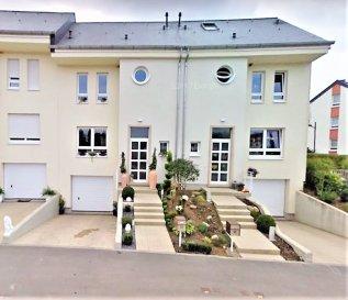 ***SOUS COMPROMIS***  ***SOUS COMPROMIS***  ***SOUS COMPROMIS***  A Luxembourg-Cents, au calme et dans un quartier recherché, cette maison moderne située sur un terrain de 2a 45 ca, bénéficie d'une surface totale ± 243 m² dont ± 177 m² habitables. Elle se compose comme suit: Au rez-de-chaussée:Un hall d'entrée de ± 8m² donnant sur un séjour de ±28 m² avec accès au jardin orienté Sud, une cuisine séparée ± 16 m² et un w.c séparé.  Au 1er étage:Un palier de ± 5 m² desservant 2 chambres de ± 12 et 14 m², la suite parentale de ± 18 m² ainsi qu'une salle de bain de ± 11 m² (baignoire, douche, lavabo, wc).  Au 2ème étage:Une chambre /Bureau de ± 42 m² et une salle de douche de ± 21 m² complètent cet étage.  Au sous-sol:Un hall de ± 6 m² donne sur un garage avec porte éléctrique de ± 36 m², une chaufferie de ± 12 m² et une buanderie de ± 12 m². Un jardin sans vis-à-vis.  Idéale pour une famille avec enfants.  Bail emphytéotique Généralités: ·Double vitrage ·Chauffage gaz ·Toiture ardoise ·Commerce, transport, école à proximité ·A proximité du Kirchberg ·Garage ·Jardin  Agent responsable du dossier :GeoffreyDepre E-mail :geoffrey@vanmaurits.lu Mobile :+352 661 127777
