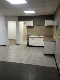 F1 BIS.  REMILLY, à proximité des commodités, au rez-de-chaussée d\'un petit immeuble, appartement de type F1 bis de 39m2 comprenant une cuisine ouverte sur séjour, une partie chambre séparée, une salle de bains avec WC et une belle terrasse. Disponible le 26 Janvier 2021 !<br> LOYER : 400EUR comprenant l\'électricité<br> AGENCE VENNER IMMOBILIER<br> 03 87 63 60 09