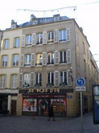 Au cœur du centre-ville, Place du Quarteau, appartement 3 pièces de 67m² comprenant un salon-séjour, un coin-cuisine ouvert sur espace de vie, deux chambres, une salle de bains. Chauffage individuel électrique. Disponibilité à convenir.