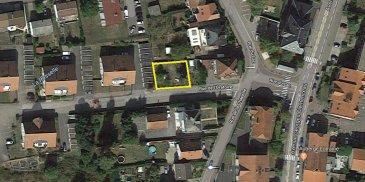 TERRAIN A VENDRE  Terrain de 3.36 ares situé à 2 minutes à pied du centre ville de Saint-Avold.  - Situé dans une rue calme, peu de passage. - A proximité de l'autoroute (direction Metz, Luxembourg et Allemagne) - Terrain vendu avec un projet d'appartements fait par un professionnel (3 appartements de 70 m² habitables avec garages et jardins).*  *Le terrain peut être vendu sans projet d'appartements (prix à discuter)  Ref agence :CC001