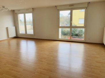Appartement F3 - 75.54m2 - Strasbourg Robertsau. Dans un petit immeuble récent, et au calme dans le quartier de la Robertsau, nous proposons à la location un grand F3 de 75.54 m2 situé au 1er étage de l\'immeuble. Il comprend: une entrée avec placard, un frand et lumineux séjour, une cuisine aménagée et équipée (4 feux gaz, hotte et four), deux chambres dont une avec placards, une salle de bain et un wc séparé. En extérieur l\'appartement dispose d\'une grande terrasse. Cet appartement est loué avec une cave et une place de parking en extérieur. Chauffage et eau chaude individuel au Gaz. Libre immédiatement. Loyer: 811€ par mois charges comprises dont 75€ de provisions pour charges avec régularisation annuelle. Dépot de garantie: 736€. Honoraires à la charge du locataire: 731.5€ TTC état des lieux compris dont 231€ TTC pour l\'état des lieux. Hebding Immobilier 03.88.23.80.80<br>Loyer 811.00  euros par mois  Charges comprises dont<br>- 75.00  euros de provision sur charges - régularisation annuelle<br> Honoraires charge locataire : 731.50 euros TTC dont 231.00 euros TTC pour état des lieux