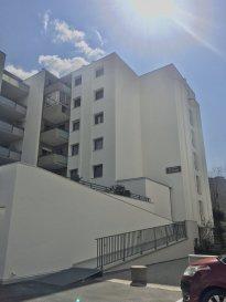 2 PIÈCES 46.83 M2 PROXIMITE HOPITAUX DE BRABOIS - RESIDENCE .  Appartement deux pièces rénové (installation électrique, fenêtres, embellissements), situé dans une résidence isolée en 2020 à proximité de la fac de médecine et des hôpitaux de Brabois. Il comprend une entrée avec placard, une cuisine séparée, un séjour avec balcon, une chambre, une salle de bain et WC séparé. Chauffage individuel au gaz. + Un emplacement de stationnement en sous-sol