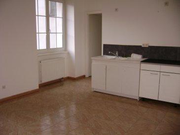Au RDC dans résidence, F2 offrant une cuisine ouverte sur séjour, 1 chambre, une salle d'eau avec wc, une cave et un parking. Charges 60€ (eau, entretien électricité des communs, ordures ménagères)