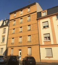 Appartement Thionville 3 pièce(s) 75.20 m2. Situé 10 boulevard Hildegarde, au 3ème étage d\'une petite copropriété, cet appartement de 75 m² se compose : d\'une pièce à vivre de 24 m², une cuisine équipée de 12 m², deux chambres de 13 m² et 11 m², une salle de bains avec douche et baignoire ainsi qu\'un WC individuel.<br/>L\'appartement dispose également d\'une cave privative (12 m²) et d\'un jardin commun.<br/>Loyer : 750 € HC<br/>Provisions pour charges : 45 €/mois comprenant eau froide (compteur individuel), entretien et électricité des communs <br/>Honoraires agence : 750 €<br/>Disponible à compter de début septembre 2021<br/><br/>IMMO DM<br/>03.82.57.31.87<br/>