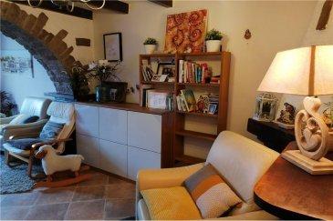 Veuillez contacter Benjamin Jacques pour de plus amples informations : - T : +352 691 316 612 - E : benjamin.jacques@remax.lu  REMAX Luxembourg vous propose cette charmante maison de 3 chambres, d'une surface de 123 m², idéalement située dans la charmante commune de Nospelt.  Le bien se compose comme suit : au rez-de-chaussée un hall d'entrée, un débarras, une cuisine individuelle toute équipée de 11,5 m², un salon/salle à manger de 20,5 m², des toilettes séparées et un espace buanderie. Le rez-de-chaussée se termine magnifiquement avec accès terrasse et un jardin sans aucun vis-à-vis avec vue sur la nature.  À l'étage vous trouverez une première chambre de 10,4 m², une seconde chambre de 11,5 m² et une dernière et troisième chambre de 11,5 m². L'étage se complète avec une salle de bain de 6 m² et une salle d'eau avec lavabo et toilettes séparées.  Au dernier étage vous découvrirez tout le potentiel de cette maison avec des combles aménageables de 25 m².  Le bien se complète par 2 places de parkings extérieures à l'avant de la maison.  Le prix de vente comprend la commission d'agence de 3% + TVA 17% à la charge de la partie venderesse.