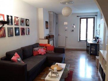 Appartement Pont A Mousson 76 m2. PONT A MOUSSON - T4 - Rue de Verdun<br>Appartement au 1er étage de type T4 comprenant; 2 chambres, 1 salon, 1 séjour, 1 cuisine, 1 salle de bains avec WC.<br>Un cellier, un balcon.<br>Chauffage au gaz.<br><br>Charges : Eau + Ordures ménagères + Electricité des communs<br>