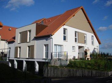 DUPLEX de type F4/5 d\'une superficie de 88m² avec 1 Jardin Privatif arboré et clôturé.  Ce DUPLEX est de très bon standing et situé proche de toutes commodités à 30  minutes de STRASBOURG  Il comprend : 1 entrée sécurisée avec un placard,  1 cuisine équipée ouverte sur le séjour avec sa Terrasse & extérieur entièrement aménagé & clos,  à l\'étage 3 chambres et 1 salle de bain équipée et carrelé  Cet appartement comprend 1 GARAGE. Le chauffage est individuel au Gaz.  Cet appartement est loué (fin de bail prévu juillet 2020) et bénéficie d\'un loyer Net annuel de 10368 €.