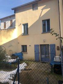 Immeuble de rapport comprenant un appartement loué en rez-de-chaussée avec terrasse et terrain non attentat. Au premier un appartement libre de location.