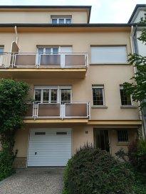 L'agence immobilière SPACEPLUS (GSM 661 33 44 22 ) vous propose à la vente cette maison mitoyenne de 200m2, 5 chambres à coucher, 2 salles de bains, située dans une rue calme à Luxembourg-Merl. La maison est composée comme suit :  Rez-de-chaussée : hall d'entrée, accès vers le garage, la buanderie, la chaufferie, la cave et l'accès vers le jardin.  1er étage :  palier en marbre avec vestiaire, WC séparé, living de 40m2, une cuisine séparée. 2-ème étage : palier en marbre, une chambre à coucher de 11m2, deuxième chambre à coucher de 18,6m2 avec un balcon de 4m2, troisième chambre à coucher de 18,6 m2 avec un balcon de 4m2, une salle de bains de 6m2. 3 -ème étage : palier en marbre, un bureau, deux chambres à coucher de 18,6 m2 et une salle de douche. Terrain de 2a77ca. Jardin arboré sans vis-à-vis.  Garage avec la porte électrique. Emplacement pour une voiture devant le garage.  Situation centrale et tranquille en même temps.  L'arrêt de bus n.12.et n.15 à 100m2 de la maison.   ++++++++++++    Travaux de rénovation à prévoir    +++++++++++++++