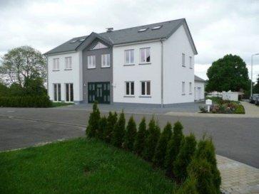 Spacieuse maison individuelle sur terrain de 7,27 ares à vendre dans le village de Gralingen.  Rdch: - beau hall d'entrée - séjour / salle à manger avec sortie sur terrasse - cuisine équipée avec sortie sur terrasse - bureau  - wc avec douche - buanderie - chaufferie - garage pour 2 voitures.  1er étage: - 1 chambre parentale avec dressing et salle de douche - 2 chambres à coucher - salle de bain avec douche - débarras.  Combles : - 3 chambres à coucher.