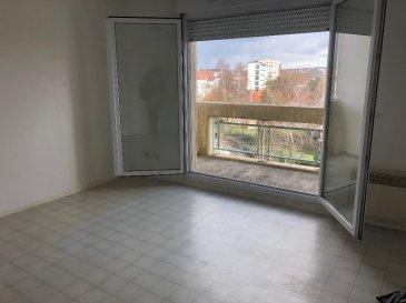 Studio 22 m² Metz - Sablon. Studio de 22 m² dans le quartier du Sablon, situé rue St André, au 4ème et dernier étage avec ascenseur. Il se compose d\'une entrée avec placard, d\'une pièce principale avec coin cuisine et d\'une salle de bain avec WC. Il dispose également d\'un balcon de 5 m² avec vue dégagée.<br/>Libre à la mi-Mai 2021