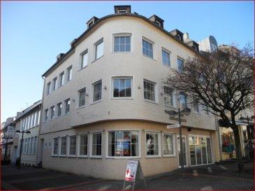 Wohn- und Geschäftshaus in TOPLAGE der Bitburg Fußgängerzone! <br><br>Das Wohn-und Geschäftshaus steht in einer der begehrtesten Lagen der Bitburger Fußgängerzone. <br>Im Erdgeschoss des auffallend attraktiven Gebäudes befindet sich ein Ladenlokal (ca. 90 m²) mit großzügiger Gastronomieküche (ca. 45 m²), Personalraum und Kühlhaus. Über eine gut begehbare Treppe im Bereich der Gewerbefläche gelangen Sie in die erste Etage. Hier steht ein weiterer  renovierter Raum von ca. 55 m² bereit. Sollte das Ladenlokal weiterhin im Bereich Gastronomie genutzt werden so eigenen sich diese Räumlichkeiten ideal für kleinere geschlossene Gesellschaften, Tagungen, Familienfeiern und vieles mehr.  Es besteht auch die Möglichkeit diesen Bereich als Wohnung auszubauen. Im Untergeschoss befinden sich die vor einigen Jahren hübsch renovierten Damen- und Herrentoiletten und ein abgetrennter Wickelraum.<br>Die gesamte Geschäftsfläche befindet sich in einem hervorragenden Zustand und kann bis auf die eigene Farbgestaltung sofort genutzt werden. <br><br>Das gesamte Inventar sowie die Gastronomieküchenausstattung kann optional  erworben werden. <br><br>Aufgrund der rundumlaufenden Schaufensterfront eignet sich das Ladenlokal auch hervorragend für den Einzelhandel.<br><br>Im teilunterkellerten Gebäude sind die Gas-Zentralheizung sowie mehrere Nutz- und Lageräume untergebracht. <br><br>Links am Gebäudekomplex befinden sich eine Garage und der Eingang zu den Wohnungen. Es stehen drei Wohnungen unterschiedlicher Größe (von ca. 75 m² bis ca. 95 m²) und Aufteilung zur Verfügung. Die Wohnungen wurden entkernt und befinden sich derzeit in einem nicht ausgebauten Zustand. Sie haben somit die Möglichkeit den weiteren Innenausbau komplett nach Ihren Wünschen zu planen und zu gestalten. Weitere Ausbaureserven stehen zur Verfügung.<br><br>Immobilien in TOP-LAGE der Fußgängerzone werden sehr selten veräußert. Nutzen Sie die Gelegenheit und investieren Sie Zukunftsorientiert.<br><br>Gerne beantworten wir Ihn
