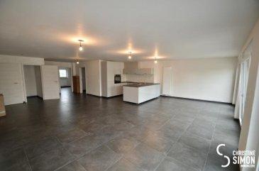 Weiswampch Appartement de 102,26 m2, au 1er étage sans ascenseur, d`une petite Résidence à trois unités, construite en 2017-2018. Il se compose comme suit:  Lumineux séjour, cuisine équipée ouverte vers la salle à manger d`env. 49m2 2 à 3 chambres à coucher dont une d`env. 13m2, 13,30m2 et une pouvons servir entant que bureau ou chambre bébé d`env. 8 m2. Salle de douche, toilette séparée et un débarras. Au rez-de-chaussée un emplacement extérieur inclus dans le prix, possibilité d`acquérir un emplacement supplementaire. Passeport énergétique A-C L`appartement se situe dans une rue calme. Finitions: Chauffage à Pellets, Fenêtres triple vitrage, façade isolante, volets électriques, vidéo-parlophone. L`appartement sera livré  sans la peinture. Pour de plus amples renseignements ou une visite des lieux contactez Christine SIMON Tel : 621 189 059 ou envoyez un mail au cs@christinesimon.lu    Ref agence :5338967