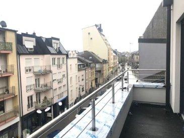 -- FR --<br/><br/>Appartement/Duplex situé à Esch-sur-Alzette, dans une résidence de trois unités, avec une surface habitable de 100 m2 et 3x terrasses (total : 22.20m2), qui se compose comme suit :<br /><br />L\'appartement en question se trouve au 2ème étage, et comprends une cave privée, 3 balcons, hall d\'entrée, living, cuisine / salle à manger avec accès sur le balcon, 2 chambres à coucher, dressing / bureau, WC séparé, salle de douche ainsi que 2 autres balcons. (Le dressing peut être utilisé également comme 3ème chambre)<br /><br />Terrasse/Balcon revêtue de dallages posées sur des plots.<br /><br />L\'appartement se situe à cinq minutes de la zone piétonne et du centre d\'Esch-sur-Alzette, restaurants, commerces de quartier, hôpital, infrastructures scolaires, sportives et culturelles à proximité.<br /><br />Possibilité d\'acheter un garage - box.<br /><br />TVA 3% INCLUS DANS LE PRIX!<br /><br />TECHNIQUES et CONSTRUCTION<br /><br />Construction en dur, rénovée de fonds en 2018-2019, nouvelles dalles en béton à tous les niveaux +chape avec isolation phonique, maçonnerie traditionnelle, escalier en béton revêtus de carrelage et munis d\'un garde-corps en inox, fibre de verre lisse peinte aux murs. Pas d\'ascenseur.<br /><br />Toiture plate : isolation Alwitra, couverture en zinc prépatiné, ferblanterie en zinc.<br />Menuiserie extérieure : châssis de fenêtre en PVC anthracite extérieur / blanc intérieur avec triple vitrage isolant, volets roulants électriques. Tablettes de fenêtre en granit.<br /><br />Installation de chauffage : central par chaudière au gaz à condensation avec production d\'eau chaude séparée par boiler relié à la chaudière, chauffage au sol, sèche-serviettes électriques dans la salle de bains.<br /><br />Installations sanitaires : salle de bains exécutée avec des appareils sanitaires de qualité standard plus, comprenant WC + lave-mains dans la toilette séparée ; WC + lavabo intégré sur meuble + cabine de douche ou douche à l\'italienne da