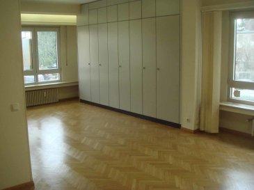 Bureau d'une surface de 117 m², sis à 21, bd. Grande-Duchesse Charlotte au 1er étage.  L'objet est composé comme suit:  -spacieux hall d'entrée avec vestiaire, -Wc séparé,  - une grande salle de réunion, équipée avec les armoires encastrées,  - une cuisine avec petit balcon, débarras,  - salle de douche / Wc,  - 3 pièces équipées avec les armoires encastrées,   Equipement: - système d'alarme,  -câblage informatique.  Il peut être loué sans mobilier ou partiellement équipé avec tables et chaises.