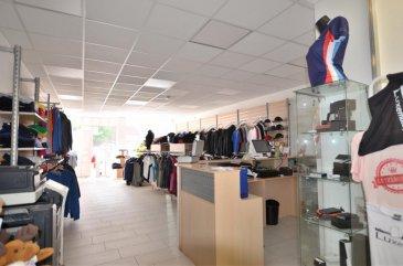 Isma BAUER RE/MAX Dudelange, spécialiste de l'immobilier au Luxembourg, vous propose la location d'un commerce au plein centre de Dudelange un grand local commercial multifonctionnel (show room, salle de sport, vente de meuble de vêtements...) d'une surface de +/- 490 m2 sur deux niveaux dont 200 m2 en surface commerciale avec vitrine (WC, coin cuisine, bureaux, dépôt...). Un parking public de 69 emplacements en face du local commercial.  N'hésitez pas à nous contacter pour plus d'informations. Venez découvrir ce bien pour lancer votre activité commerciale à Dudelange. Disponible 01/08/2020. Contact: 00 352 621 813 784 isma.bauer@remax.lu Ref agence :5096320
