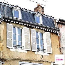 L\'immobilière Delarue vous propose une charmante maison de village avec un rare garage &lpar;2 VL&rpar; située au c&apos;ur et aux pieds des coteaux d\'Ancy sur Moselle&period;<br /><br />Nous vous invitons à découvrir ce bien qui est constitué d\'un RdC avec un séjour ouvert sur une cuisine offrant un accès terrasse, d\'une salle d&apos;eau, toilette,d\'une buanderie ou cuisine d&apos;été désservant une véranda et une vaste terrasse verdoyante sans vis à vis&period;<br /><br />A l\'étage: Un grand salon avec placard, une salle d\'eau avec toilette, 1 cave et 1 chambre&period;<br /><br />au dernière étage : 3 chambres dont une traversante avec un accès grenier&period;<br /><br />Ce bien érigé en pierre de taille à l\'architecture Lorraine conserve encore ses boiseries d\'origines &lpar;parquets et escalier&rpar; et il est pouvu de pièces lumineuses&period;&period;<br /><br />De nombreux travaux ont été réalisés ces dernières années pour conforter durablement ce produit de 202 m2&period;<br /><br />Le prix de vente est de 230000 &apos; et les honoraires sont intégralement à la charge du vendeur&period;